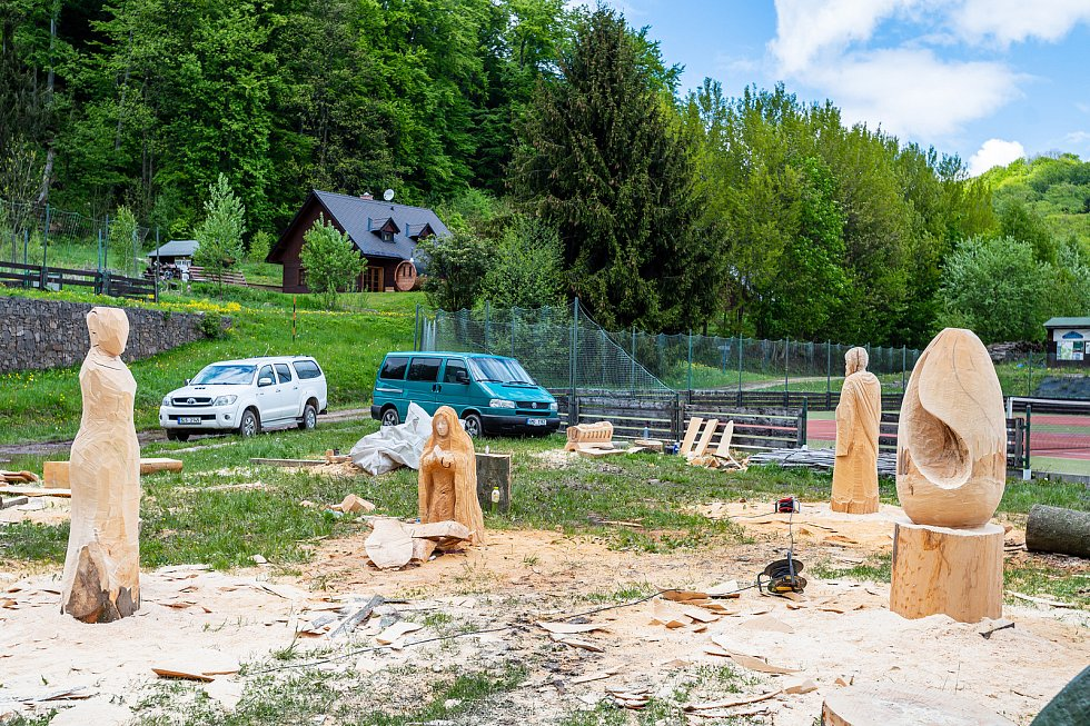 Sympozium dřevosochařů v areálu Bret v Prkenném Dole.
