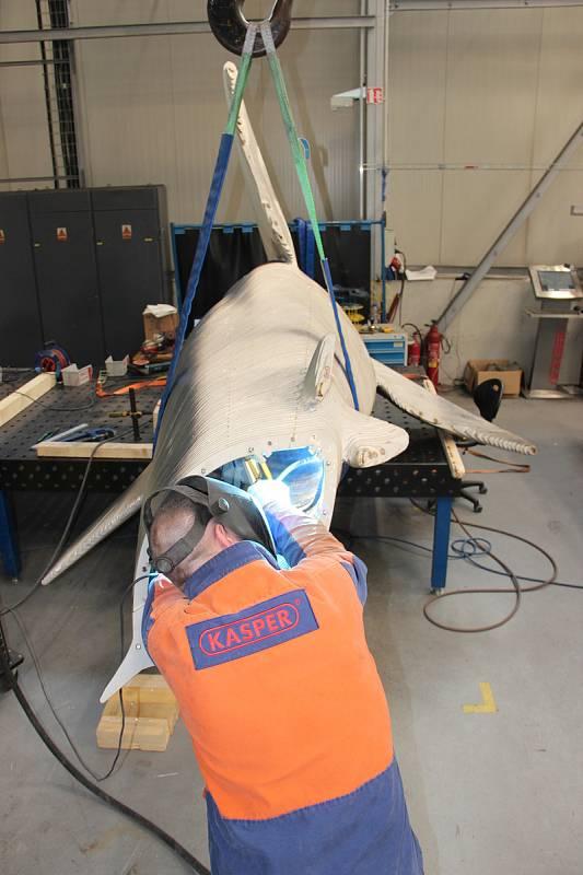 Žralok v nadpřirozené velikosti vzniká z šestnácti tun nerezové oceli. Na realizaci uměleckého díla firma pracuje čtyři měsíce.