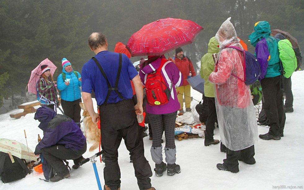 Na vrch Žalý si tentokrát brali pláštěnky.