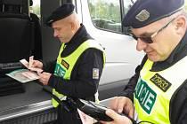 Zasloužili policisté odcházejí, nováčci se do služby v uniformě nehrnou.