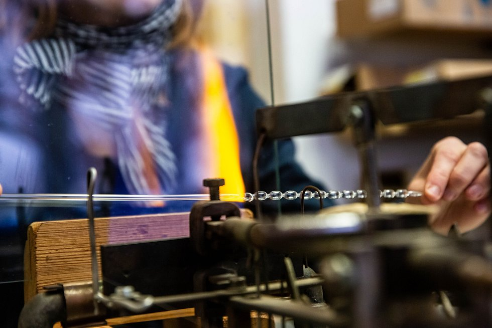 Výroba unikátních perličkových vánočních ozdob v Poniklé firmou Rautis.