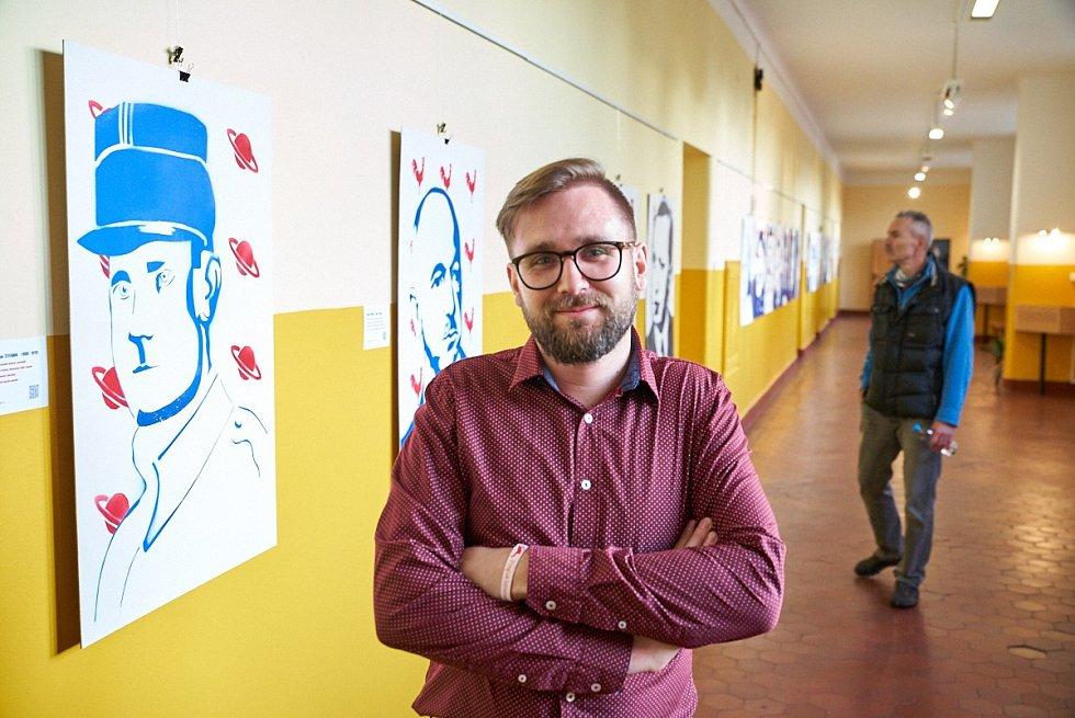 Studentská výstava k výročí republiky v trutnovském gymnáziu. Na snímku kurátor výstavy a profesor Jan Erben.