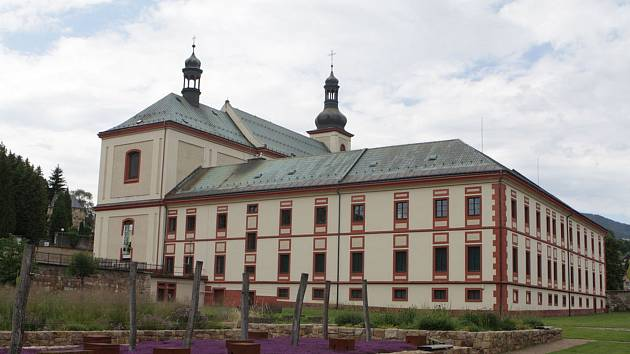 Klášter augustiniánů ve Vrchlabí byl založen v roce 1705 díky iniciativě rodu Morzinů. Krkonošské muzeum v něm sídlí od roku 1941.