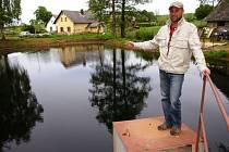 """RYBNÍČKY VE STŘÍTĚŽI. """"Voda je čistá a je jí konečně dostatek,"""" ukázal obnovenou horní nádrž projektant Jan Tylš."""