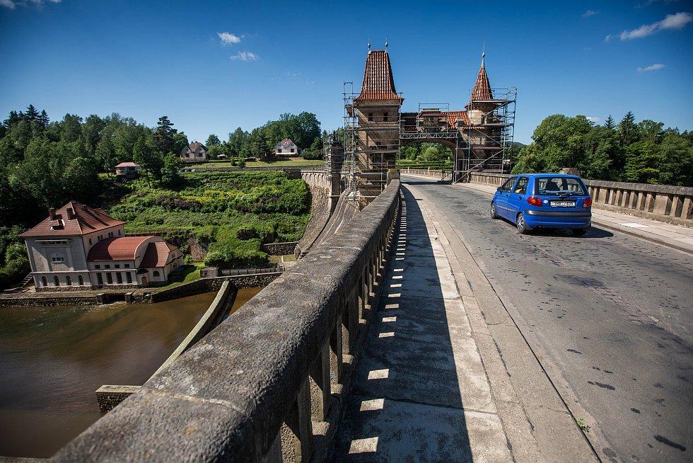 Opravy přehrady Les Království na Královédvorsku. Snímek je z května 2018.