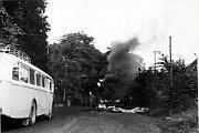 Srpen 1968 v Trutnově a hořící barikáda u viaduktu, kde skončil i sovětský tank stržený z podstavce.