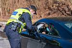 Policisté hlídali o víkendu v Herlíkovicích průjezd na silnici mezi Vrchlabím a Špindlerovým Mlýnem.