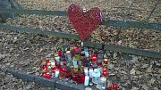 Lidé přinášeli svíčky, květiny, věnce a drobné dárky k chalupě prezidenta Václava Havla na Hrádečku.