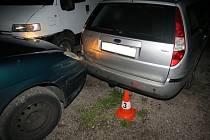 Řidič, prchající před strážníky, naboural dvě zaparkovaná vozidla, když nestačil včas zabrzdit. Přivolaní policisté hned záhy zjistili, že muž má vysloven zákaz řízení až do začátku příštího roku. Provedený test na drogy mu navíc vyšel pozitivně.