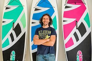 David Stolín vyrábí s manželkou v Trutnově nafukovací paddleboardy. Jako jediný v Evropě.
