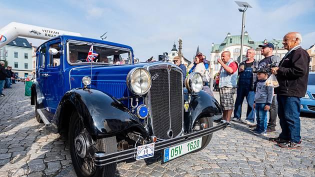 Veteran Car Club Dvůr Králové nad Labem pořádal přehlídku a jízdu historických vozidel Než vypustíme vodu z chladiče.