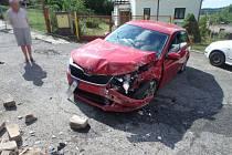 Vůz narazil při nehodě do zdi.