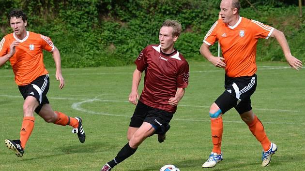 Filip Piry (vlevo) svým jediným gólem rozhodl prestižní okresní derby mezi Košťálovem-Libštátem a soupeřem z Horní Branné.