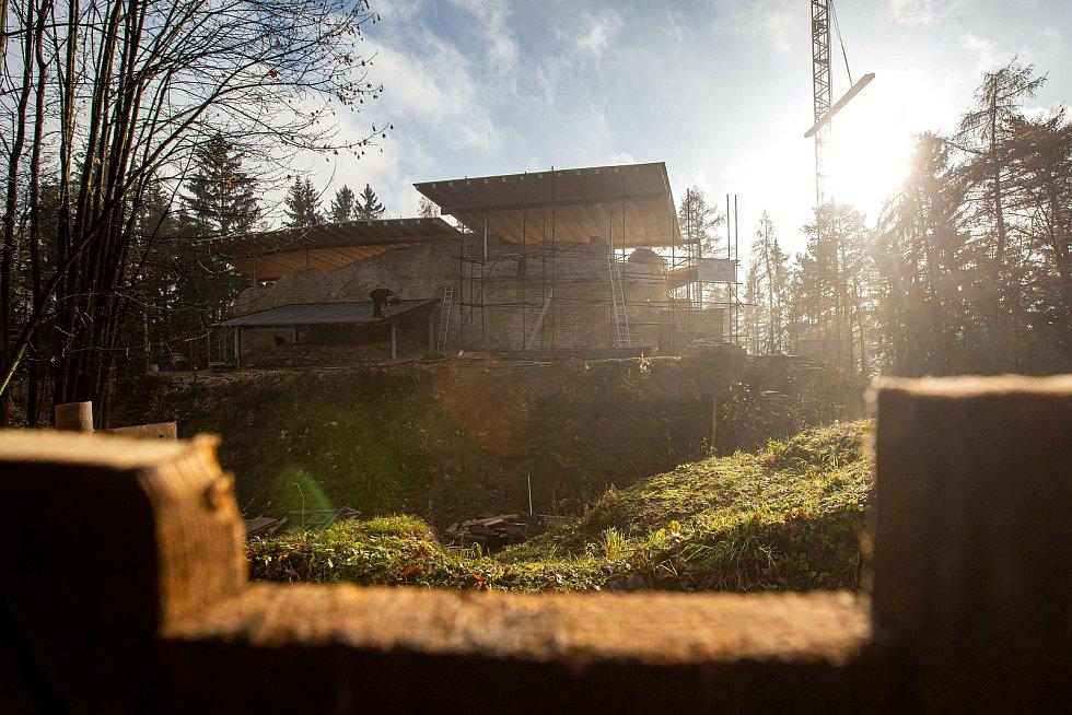 Oprava zříceniny hradu Vízmburk u Havlovic v listopadu 2020.