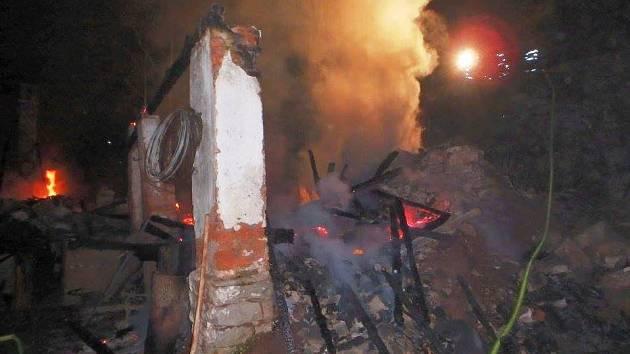 Noční požár zcela zničil chalupu a přilehlou stodolu v Havlovicích