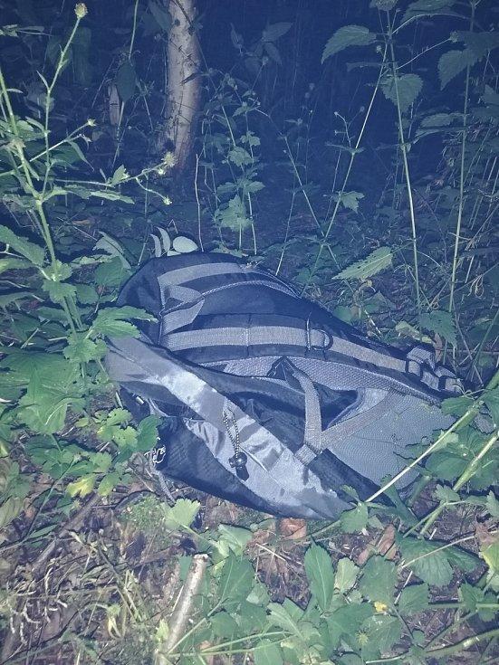 Pašerák na kolečkových bruslích chtěl celníkům prchnout lesem.