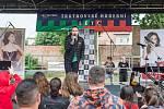 Hudební a taneční kemp Česko zpívá vyvrcholil vystoupením účastníků před trutnovským Uffem.