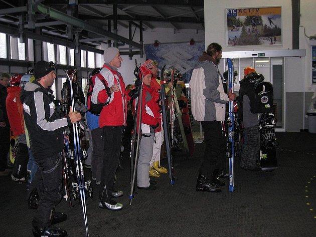 DO JANSKÝCH LÁZNÍ se o víkendu vypravili první milovníci zimních sportů. Na Černé hoře se lyžovalo.