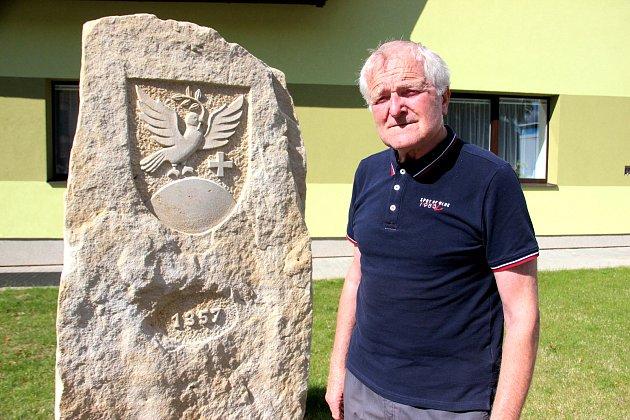 STAROSTOVY HOŘIČKY. Josef Kačer je ve dvaaosmdesáti letech zřejmě nejstarším starostou ve východních Čechách. Pískovec před budovou obecního úřadu připomíná doklad o první písemné zmínce z roku 1357 o obci Hořičky.