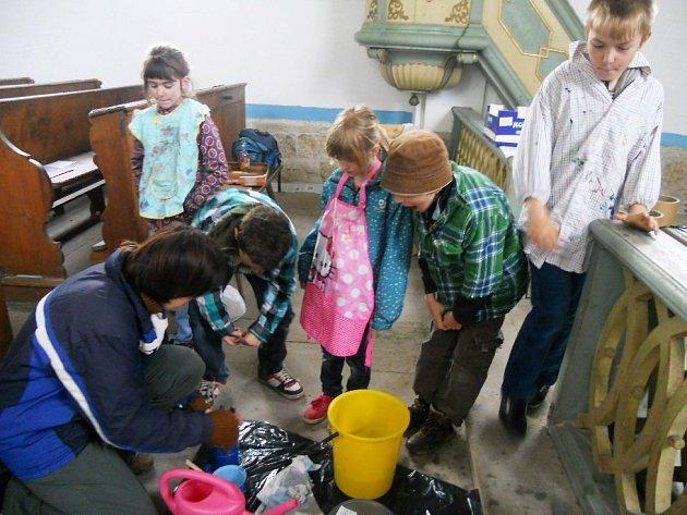 V KAPLI SV. FLORIÁNA děti malovaly na zeď  ornament pod dohledem umělkyně Dany Gretové.