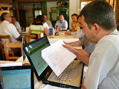 TÉMĚŘ MILION EUR rozdělovali členové řídícího výboru Euroregionu Glacensis na jednání v Prkenném Dole u Žacléře.