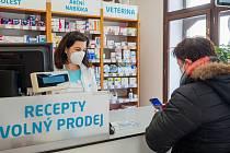 Povinné respirátory FFP2 lidé seženou v lékárnách.