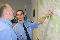 V práci Marek Johan patří mezi ty nejzkušenější. U mapy města diskutuje s velitelem strážníků Radkem Svobodou.