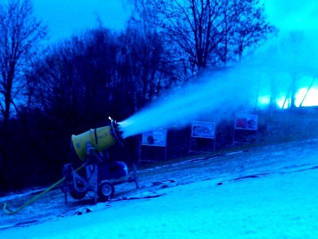 Zasněžování v mladobuckém Skiparku.