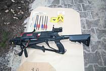 Znalec z oboru balistiky potvrdil, že muž střílel na pumpě v Trutnově ze samonabíjecí krátké expanzní pistole a opakovací pistolové kuše s integrovanou napínací pákou.