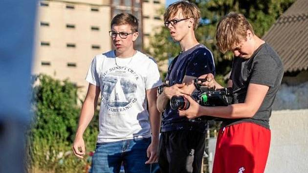 Mladí filmaři natáčí studentský film. Scény vznikají i v noci.