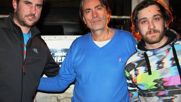 REŽISÉR NA OBHLÍDCE. Milan Cieslar (na snímku uprostřed s kolegy) vyrazil do Špindlerova Mlýna zkontrolovat lokace, na kterých se začne 23. února natáčet komedie Špindl.
