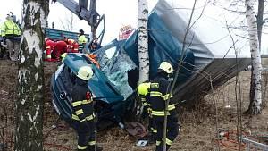 Vítr odhodil náklaďák na strom, pro řidiče letěl vrtulník