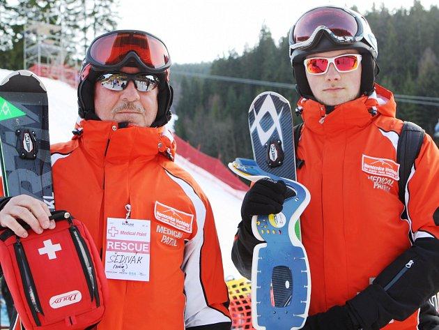 MEDICAL PATROLA. Jiří Šedivý (vlevo) a Štěpán Klampfl úřadují jako zdravotnická hlídka na sjezdovce.