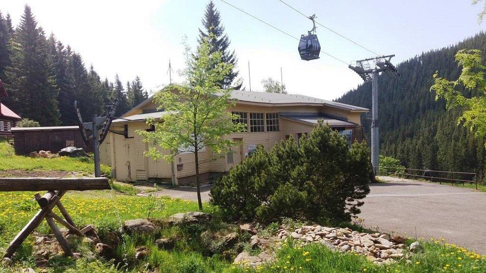 Původní budova dolní stanice lanovky v Peci pod Sněžkou.