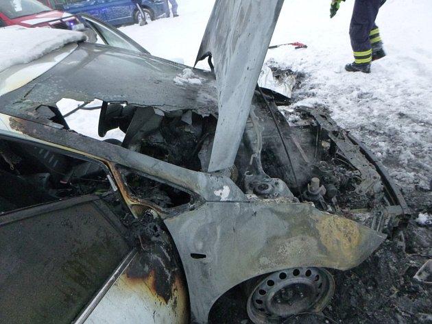 Upenzionu vKrkonoších skoro shořel automobil.