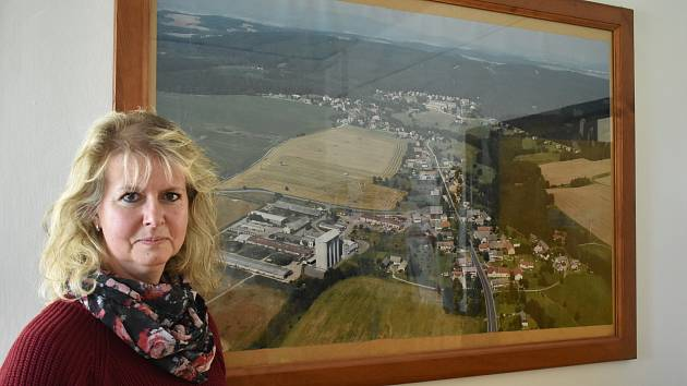 Starostka Kocbeří Eva Rezková u leteckého snímku podkrkonošské vesnice, kde žije 520 obyvatel.