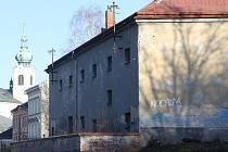 Trutnovská věznice. Třípatrový dům v centru města s deseti místnostmi (celami) a o rozměrech 3 krát 3,5 metru, a nádvoří, kde kdysi pochodovali vězni.
