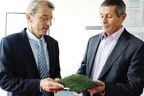 PŘEDSEDA ČSTV PAVEL KOŘÁN (vpravo) si prohlíží ukázku jednoho z umělých trávníků. Jeho parametry mu představuje generální ředitel Juty Jiří Hlavatý.