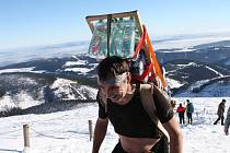 Horští nosiči se vydají s třicetikilovým nákladem od dolní stanice lanovky v Peci pod Sněžkou přes Růžohorky na Sněžku.