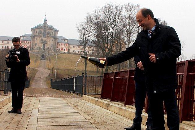 Starosta Kuksu Jiří Beran slavnostně pokřtil opravený most,který spojuje obec sHospitalem