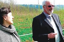 LOUKU, kde mají být vysazeny topoly si prohlíží Ludmila Krejčová s  poslancem Parlamentu ČR Jiřím Olivou.