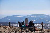 Nejvyšší hora České republiky, 1603 metrů vysoká Sněžka, dostávala dennodenně zabrat kvůli přetlaku turistů. V současné době může alespoň chvíli vydechnout.