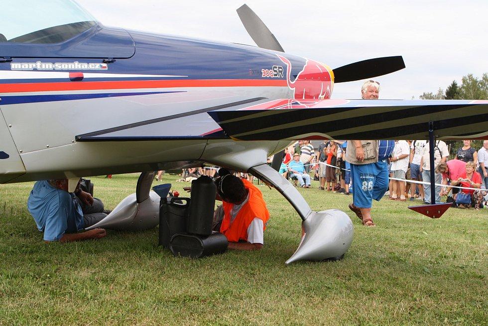 Letecký den ve Dvoře Králové byl oslavou 70. výročí založení místního letiště. Tisíce diváků nadchl špičkový akrobatický pilot Martin Šonka, dvorský rodák.