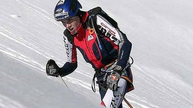 DŘINA A ODMĚNA. Dominik Sádlo musel v Courchevel vystoupat za jeden den 1520 metrů. Pak se vyhříval na stupních vítězů.