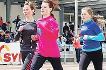 KATEŘINA ČERMÁKOVÁ ze ZŠ Skálova Turnov (úplně vlevo) běžela  na 800 metrů ve velmi kvalitním čase 2:36.