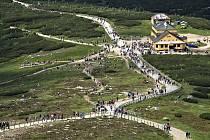 Krkonoše jsou v těchto dnech plné turistů. Krkonošský národní park patří mezi nejvytíženější národní parky v Evropě a jeho návštěvnost stále roste.