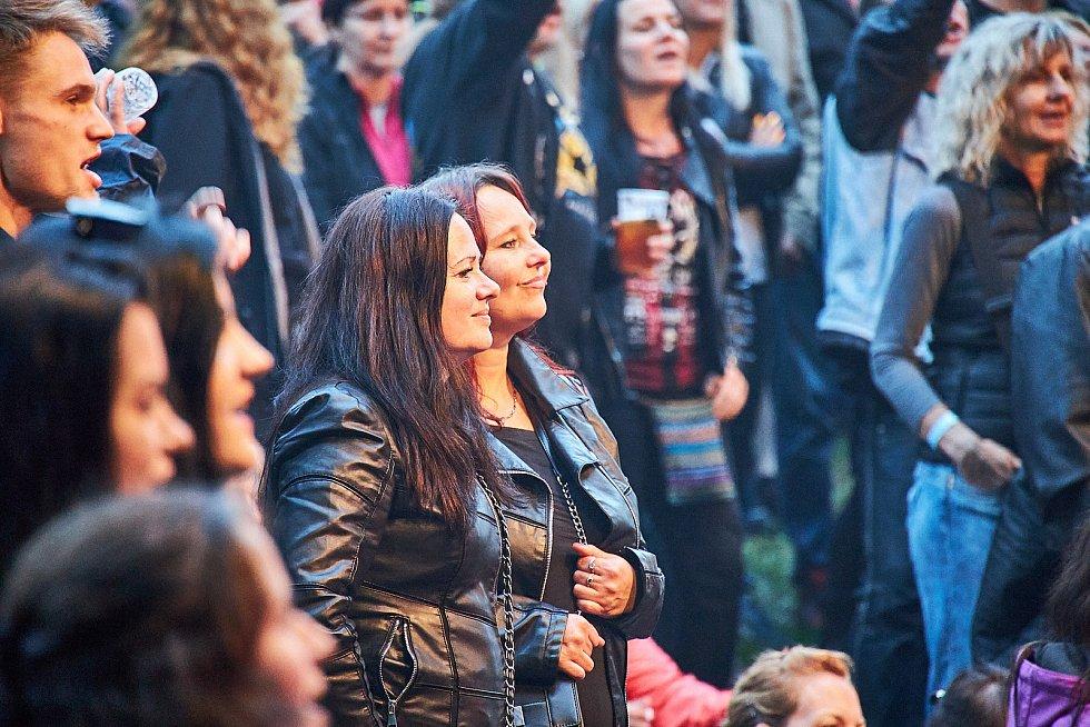 Koncert Lucie Bílé a kapely Arakain na letní scéně Štěrbovy vily na Přehradě Les Království.