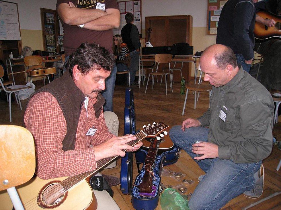 Muzikanti z celé republiky, kteří mají rádi bluegrass a jemu podobné žánry, přijeli do Podkrkonoší na ojedinělou tvůrčí dílnu, aby se zdokonalili ve hře na banjo, kytaru, dobro, housle, mandolinu, kontrabas nebo foukací harmoniku.