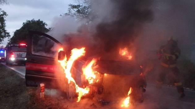Na silnici v Rudníku hořelo auto.