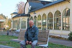Jan Hainiš z Janských Lázní má unikátní sbírku pohlednic a fotografií lázeňského střediska, ale také historických lyží a saní.